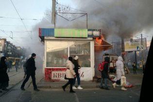 В Киеве в час пик возле остановки загорелся цветочный киоск