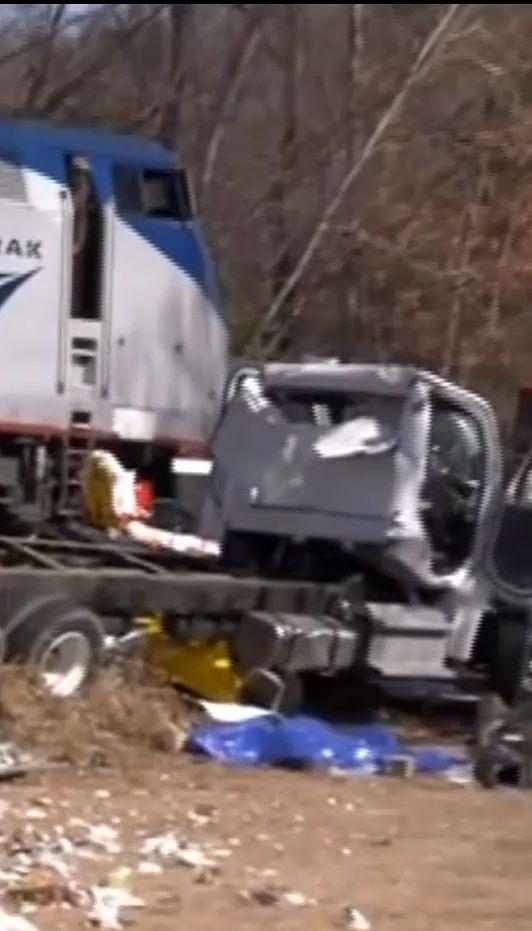 В Соединенных Штатах поезд с конгрессменами столкнулся с мусоровозом