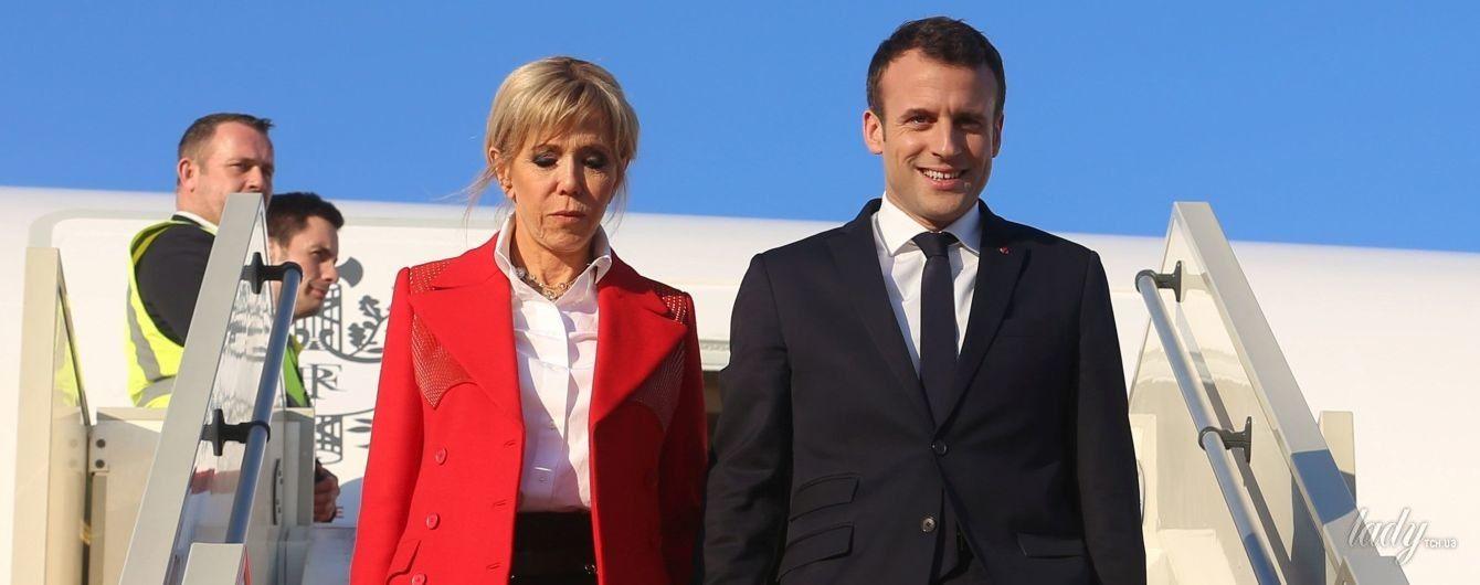 В белой блузке и красном блейзере: Брижит Макрон с мужем прибыла в Тунис