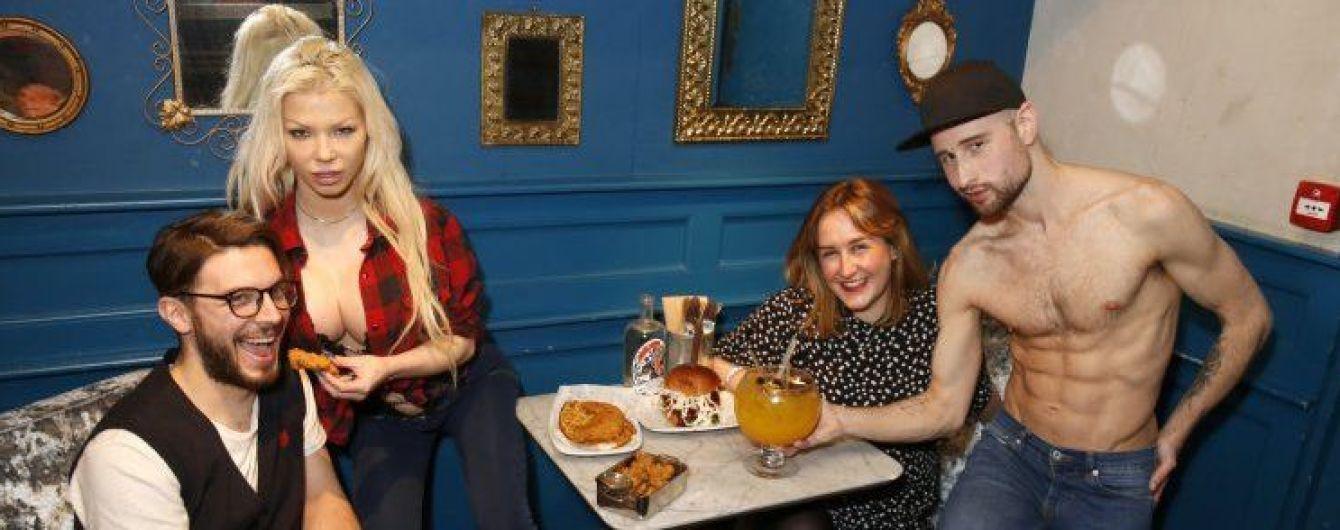 """В лондонском заведении появилась возможность выпить """"Мартини"""" с порнозвездой"""