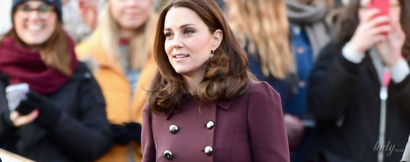 В пальто Dolce & Gabbana и с любимым клатчем: герцогиня Кембриджская посетила школу в Осло