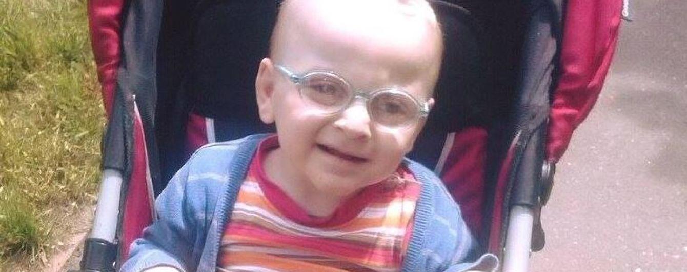 3-річний Матвій з Луганщини сподівається на допомогу добрих людей
