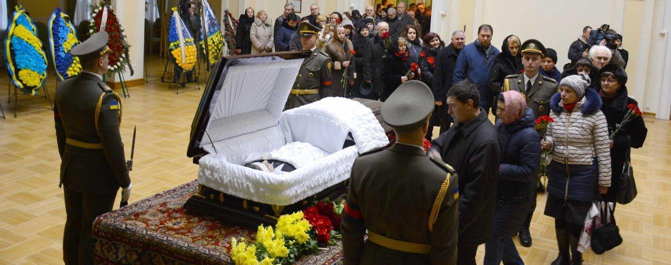 Сльози та спогади на похороні Каденюка: космонавта назвали людиною, котра зберегла Україні статус космічної держави