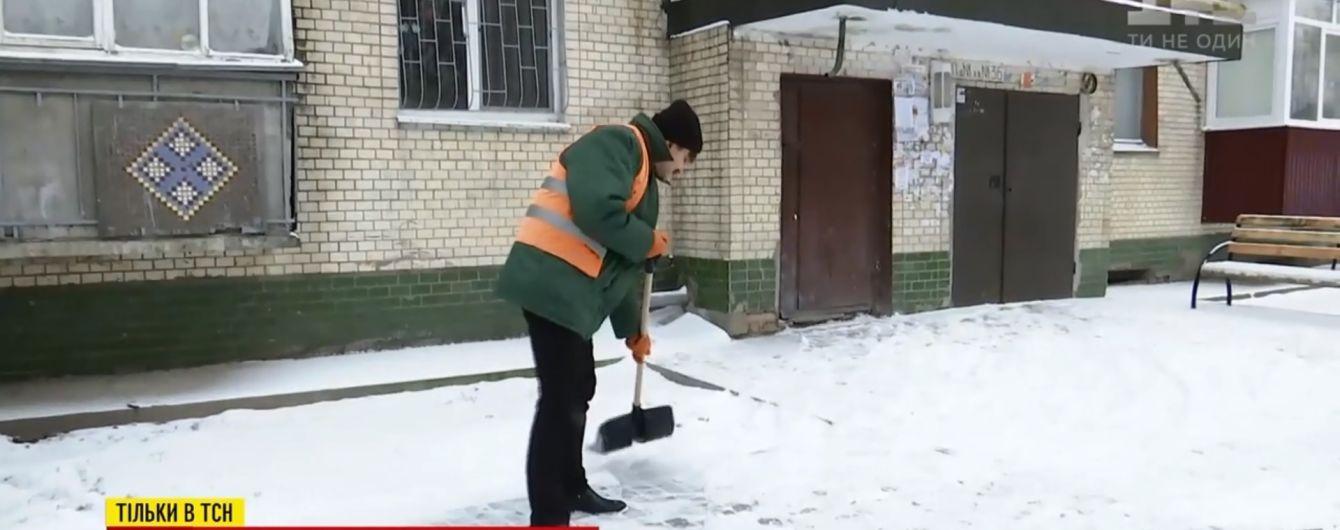 Мер Хмельницького з накладними вусами пішов інкогніто розгрібати сніг під будинками містян