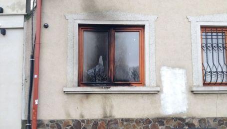 Провокация в Ужгороде: неизвестные с помощью коктейля Молотова хотели поджечь дом Закарпатского союза венгров