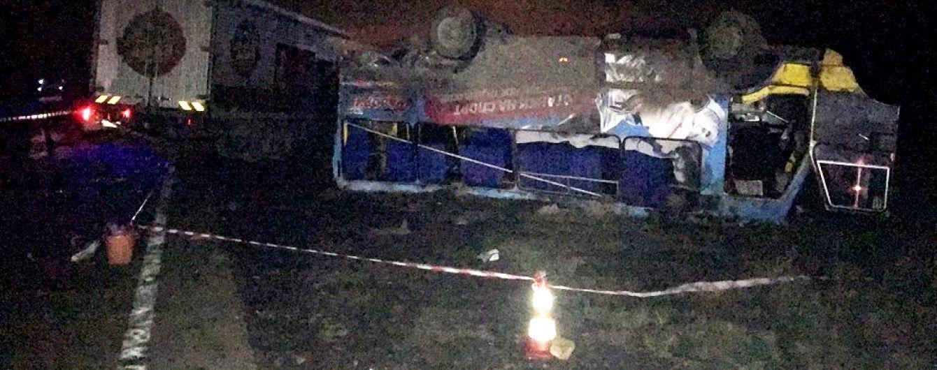 Очевидцы крупного ДТП под Херсоном рассказали, как фура перевернула автобус