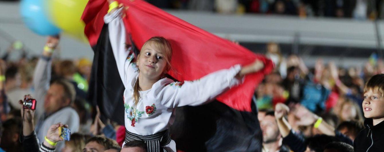 """У Тернополі узаконили червоно-чорний """"бандерівський"""" прапор, що відтепер підійматимуть разом з синьо-жовтим"""