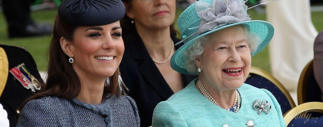 Они вдохновляют: в честь королевы Елизаветы II и герцогини Кембриджской выпустили губную помаду