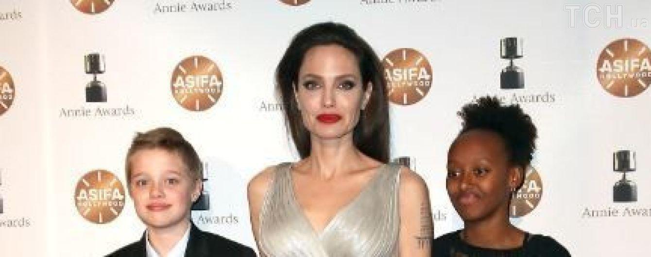 З червоними губами та оголеною ногою: Джолі приголомшила появою на червоній доріжці