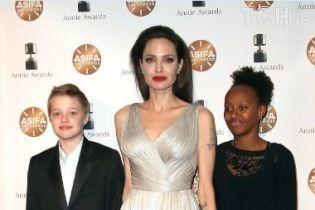 С красными губами и обнаженной ногой: Джоли потрясла появлением на красной дорожке