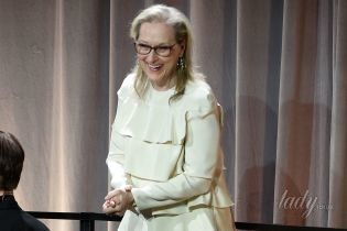 В кремовом платье и на шпильках: кокетливый образ 68-летней Мерил Стрип на ланче