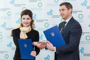 С ярким платком и в стильной юбке: Марина Порошенко посетила Черкащину