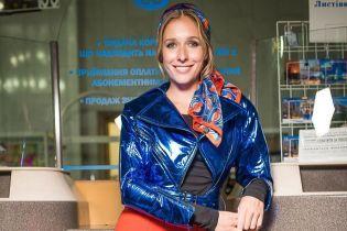 В стиле 70-х: Катя Осадчая сходила на модный показ в лаковой куртке и ярких брюках