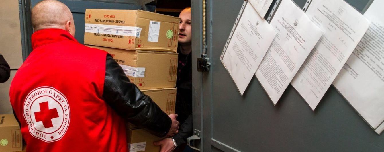 Красный Крест отправил на Донбасс десятки грузовиков с гумпомощью
