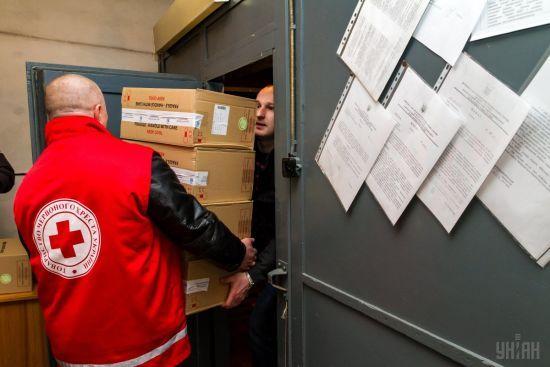 Червоний Хрест доправив 9 вантажівок гумдопомоги на окупований Донбас