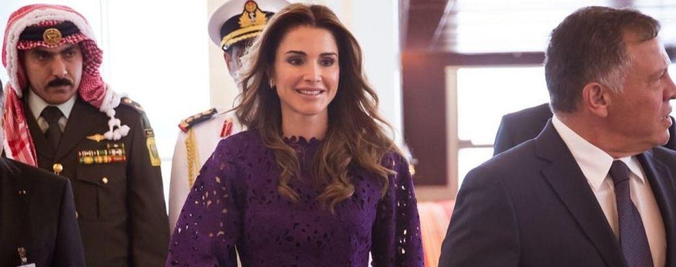 В новом платье и с клатчем Gucci: королева Рания прилетела в Абу-Даби