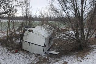 На Запорожье микроавтобус с волонтерами, которые ехали на Донбасс, слетел в кювет