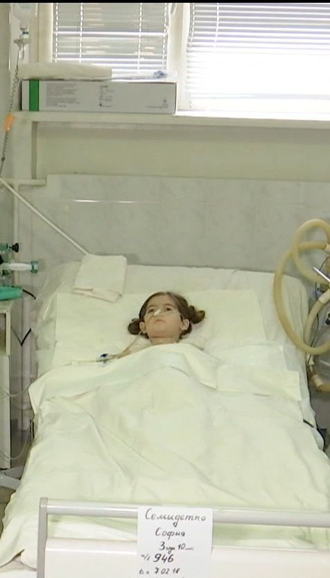 Трехлетняя Софийка, пострадавшея от взрыва в Красногоровке, пришла в себя в реанимации