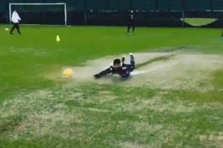 """Скоростное ныряние в лужу. Футболисты """"Наполи"""" показали супернеобычную тренировку"""