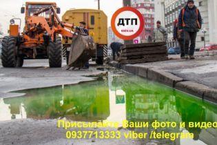 В Киеве прорвало теплосеть, в результате чего по улице текли реки зеленого кипятка