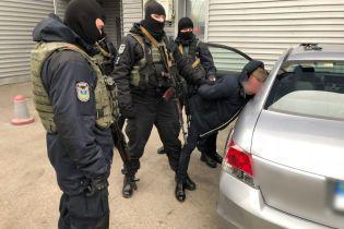 Чиновники миграционной службы вне очереди выдавали биометрические паспорта по 11 тысяч гривен