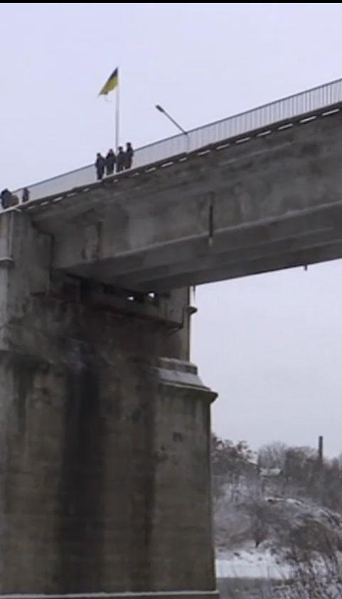 Четверо школьников спасли 21-летнего парня от рокового прыжка с моста