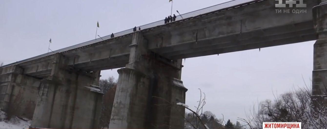 Четверо прохожих школьников на Житомирщине спасли от прыжка с моста пьяного самоубийцу