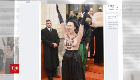 """Голі груди для президента. """"Феменка"""" протестувала проти приїзду Порошенка на Віденський бал"""