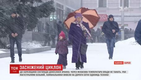 Закрытые трассы и длинные пробки: Буковина и Харьковщина борются со снегопадом