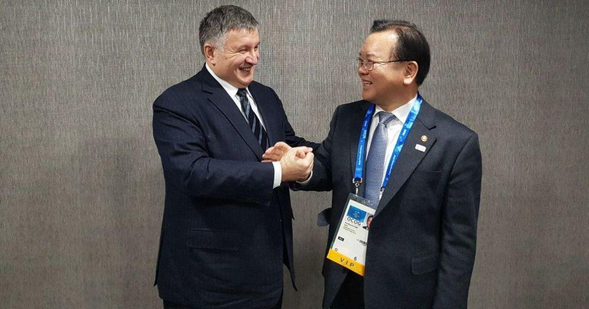 Украина договаривается с Южной Кореей о безвизе и взаимном признания водительских удостоверений
