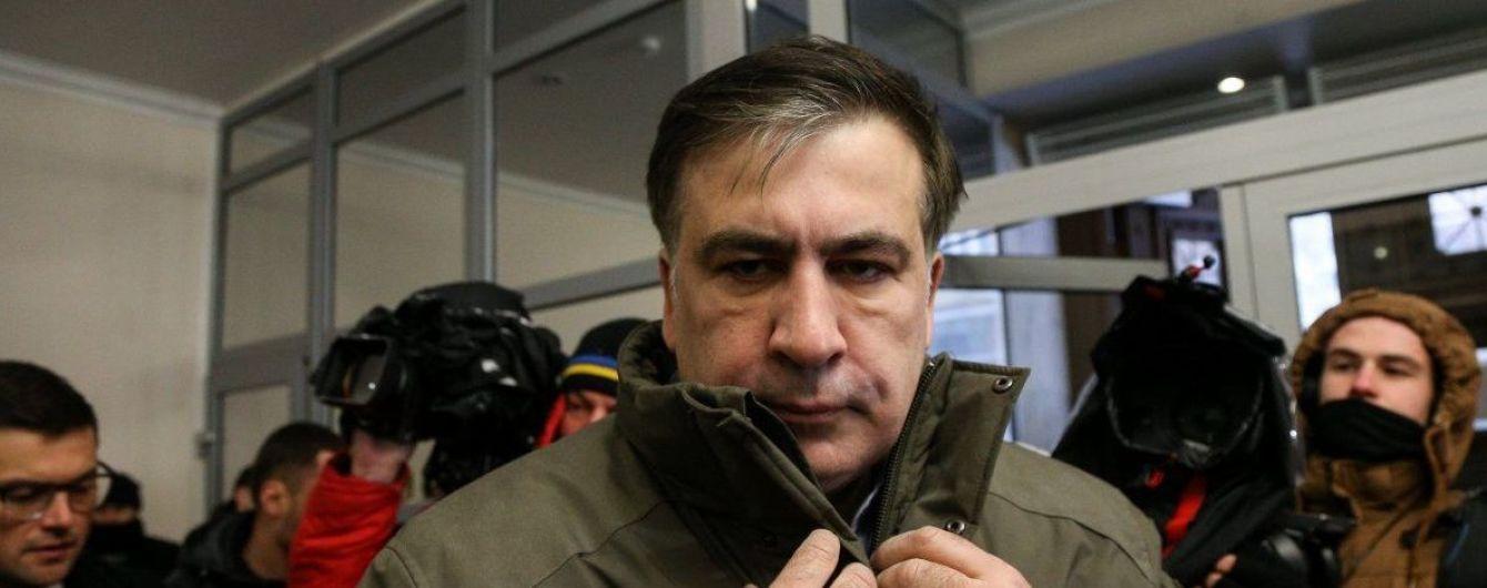Держали вчетвером, тащили за волосы: в Сети появилось новое видео задержания Саакашвили