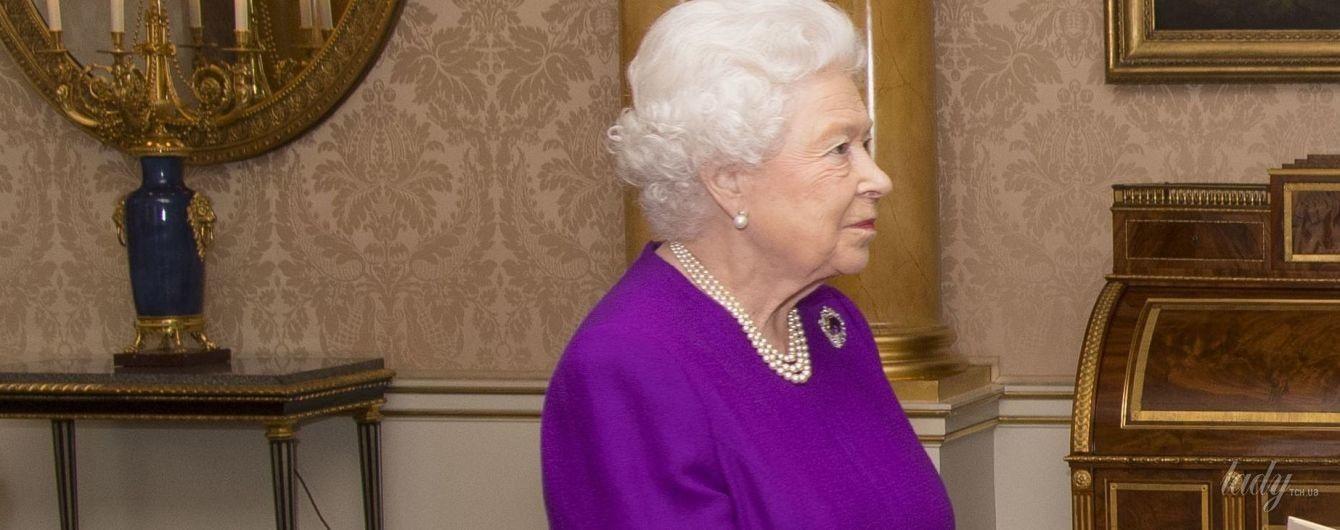 Королева Елизавета II продемонстрировала неожиданно сдержанный образ