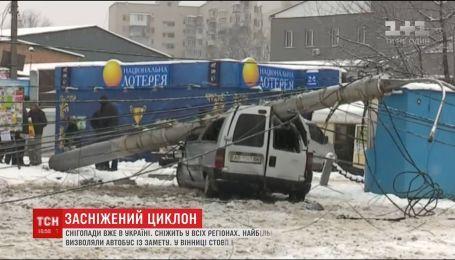 Десятки ДТП та перший постраждалий: українські регіони ліквідовують наслідки негоди