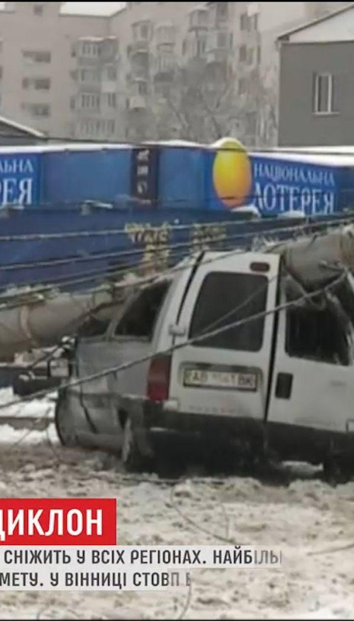 Десятки ДТП и первый пострадавший: украинские регионы ликвидируют последствия непогоды
