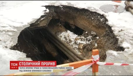 Из-за прорыва водопровода в Киеве частично провалилась под землю машина, которая везла хлеб