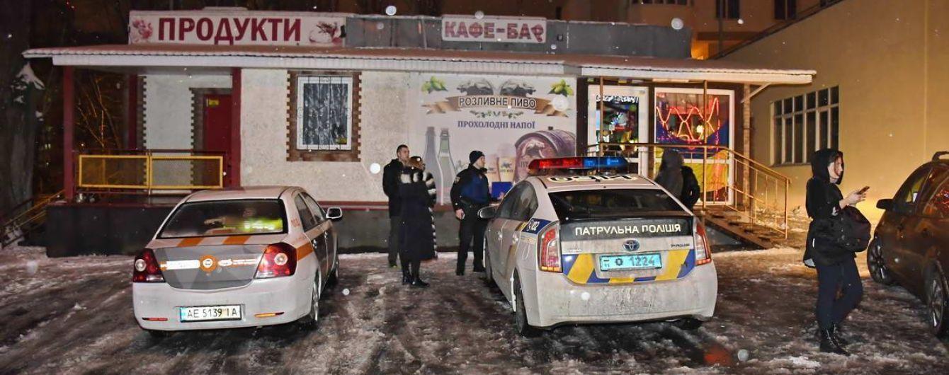 В Киеве неизвестный поссорился с девушкой и обстрелял толпу возле кафе