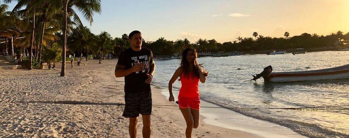 Бой года. Усик провел спарринг с женой посреди пляжа