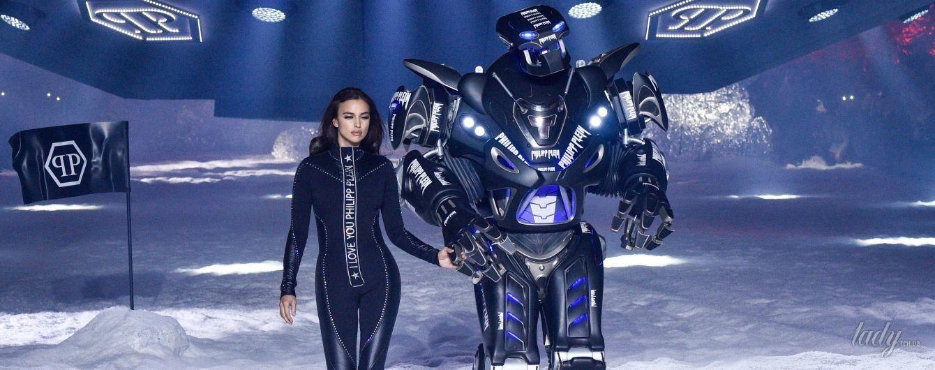 В обтягивающем костюме и за руку с роботом: Ирина Шейк на показе Philipp Plein