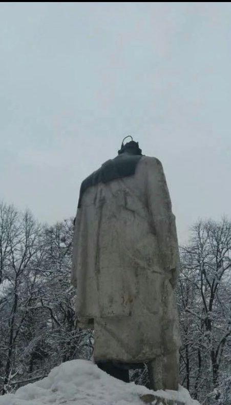 На Львовщине вандалы отбили голову памятнику Шевченка