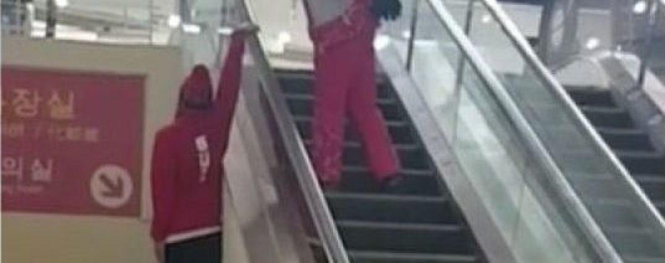 Как супермен: в Южной Корее олимпийский спортсмен удивил своим способом подниматься на эскалаторе