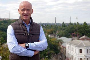 Під суд, де розглядатимуть запобіжний захід Труханову, привезли спортивних молодиків та колонки