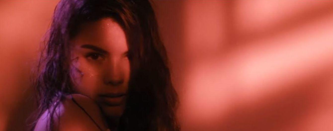Соблазнительные танцы с розой во рту: Мишель Андраде выпустила страстное лирик-видео