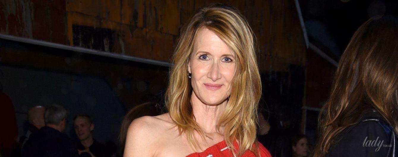 С обнаженным плечом и в юбке макси: 51-летняя Лора Дерн на Нью-Йоркской неделе моды