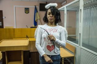 Екзотична FEMENка, яка роздяглась перед Порошенком та Лукашенком, прийшла на суд у костюмі Купідона