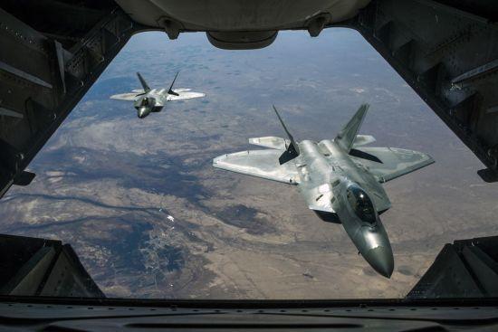 США підняли в повітря винищувачі F-22 через групу російських військових літаків