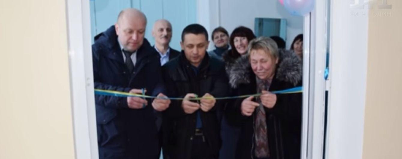Цветные шарики, перерезание ленты и чиновники: на Винничине в школе помпезно открыли туалет