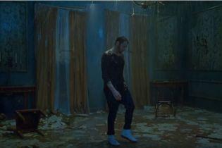 Неистовые страсти и разбитая мебель: Эминем и Эд Ширан выпустили очень эмоциональний клип