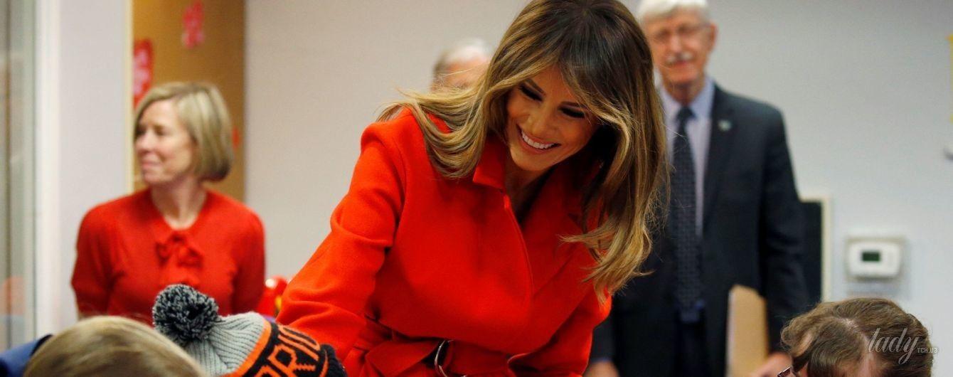 В алом пальто и на шпильках: Мелания Трамп в эффектном образе делала валентинки