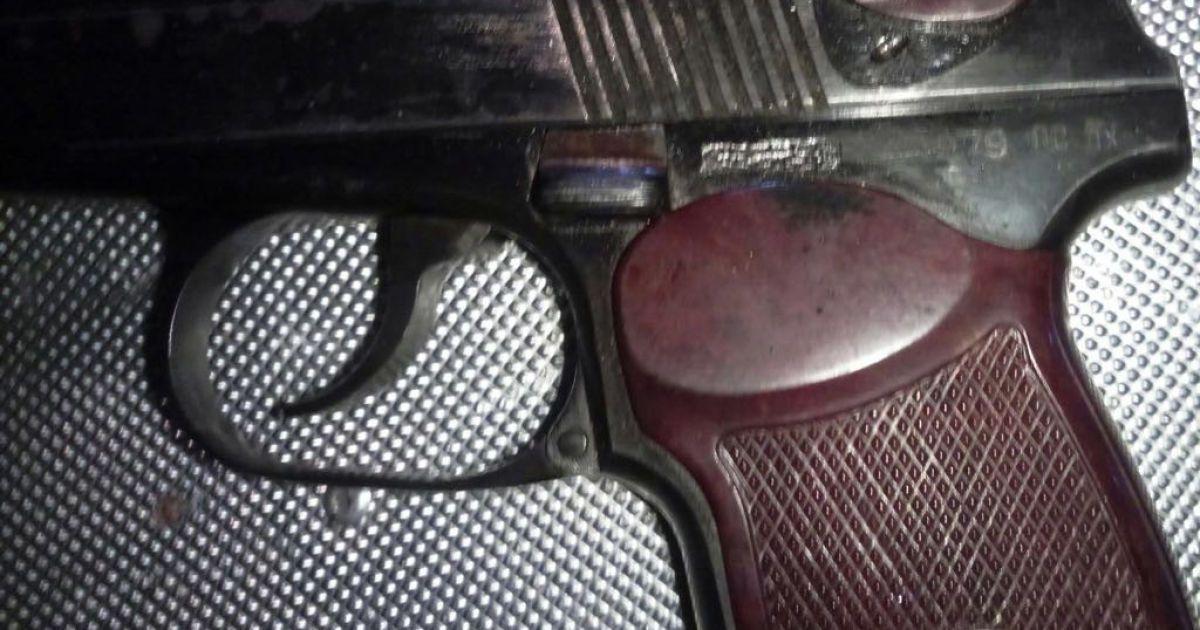 Возле палаточного городка под Верховной Радой в активистов изъяли пистолет и другое оружие