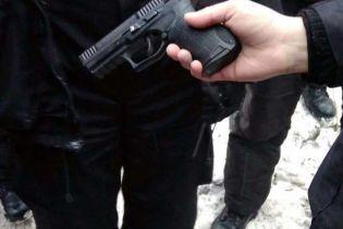 Копа під Солом'янським судом Києва підстрелили з нагородної зброї МВС
